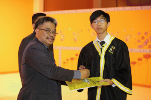 Muhamad Hafizzullah bin Hamid receiving his award .